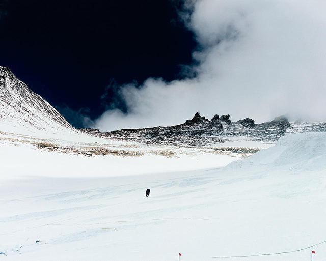 画像: 写真集『EVEREST』より。 2011年の二度目のエベレスト登頂時、石川さんが標高7,500mで撮影した写真。「アルティプラノ」ウォッチのダイヤルカラーを、この宇宙をも想起させる紺碧の空の色になぞらえた © NAOKI ISHIKAWA