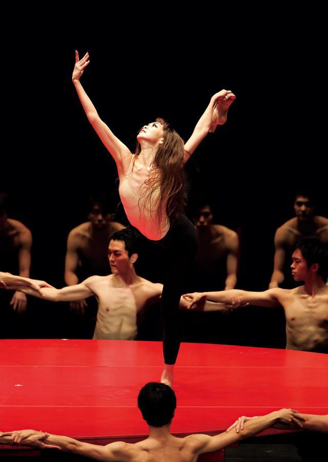 画像: モーリス・ベジャール振付の不朽の名作『ボレロ』。上野さんは、この作品を踊ることを許された世界でも数少ないバレエダンサーのひとり PHOTOGRAPH BY KIYONORI HASEGAWA