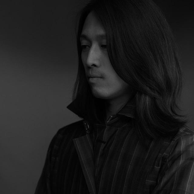 画像: 寺西俊輔(SHUNSUKE TERANISHI) 「アルルナータ」デザイナー。京都大学建築学科を卒業後、ヨウジヤマモトで生産管理、パタンナーを経て、渡伊。キャロル クリスチャン ポエルでチーフパタンナー、アニオナでステファノ・ピラーティ専属の3Dデザイナーとしてキャリアを重ね、2015年にエルメスに入社。レディスプレタポルテの3Dデザイナーとして働いた後、18年に日本に帰国し、伝統産業の新たな価値を装いで提案する「アルルナータ」をスタート