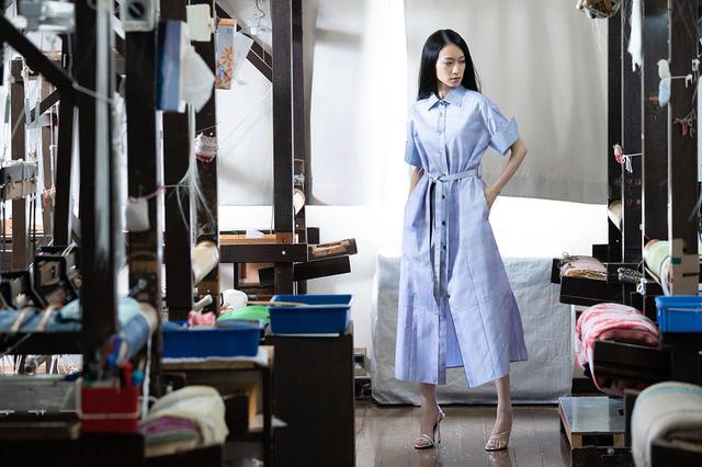 画像: ワンピースコート 仕立て代 ¥130,000+反物代(ウィメンズのみ/写真は衿とカフスに螺鈿織を施したバージョン。通常は仕立て代 ¥60,000+反物代)
