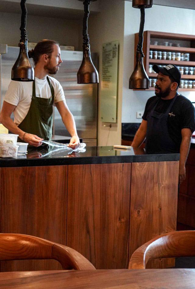 画像: ロカフォーレのラボでチームメンバーと料理の創作するシェフ、レイ・アドリアンシア(右)