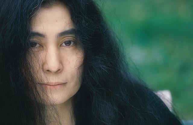 画像: 1974年、プラスティック・オノ・バンドの日本公演を控えたオノ・ヨーコを『アサヒグラフ』のために篠山紀信が撮影。写真集『晴れた日』(平凡社)所収 PHOTOGRAPH BY KISHIN SHINOYAMA