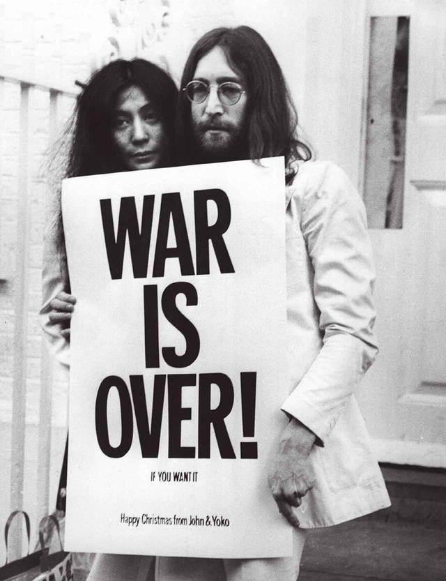 画像: 1969年、ベトナム戦争の終結が見えない中、ジョンとヨーコは、世界12カ所の都市に「WAR IS OVER !  IF YOU WANT IT」と広告でメッセージを送った。湾岸戦争反対のメッセージを湯川がヨーコに求めたときも「WAR IS OVER ! それ以外ない」と言った THE U.S. VS. JOHN LENNON (2006) DIRECTED BY DAVID LEAF, JOHN SCHEINFELD. SHOWN / YOKO ONO,JOHN LENNON.LONG GATE FILMS / PHOTOFEST/ZETA IMAGE