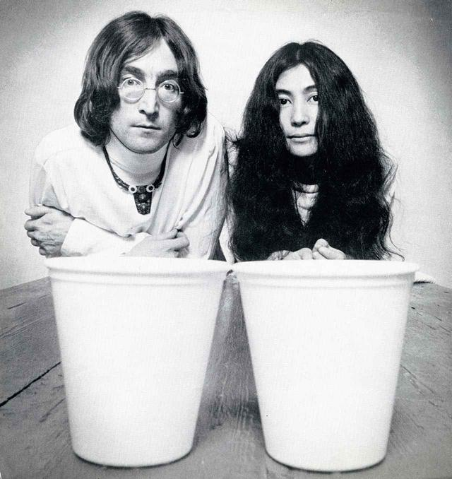画像: 《平和のどんぐり》。ジョンとヨーコは東西対立の緩和、解決を祈って、1968年、ロンドンのコベントリー大聖堂の庭に2個のどんぐりを東と西に向けて植えた。その後、世界各国の首脳に2つずつどんぐりを送っている PHOTOGRAPH BY KEITH MCMILLAN © YOKO ONO