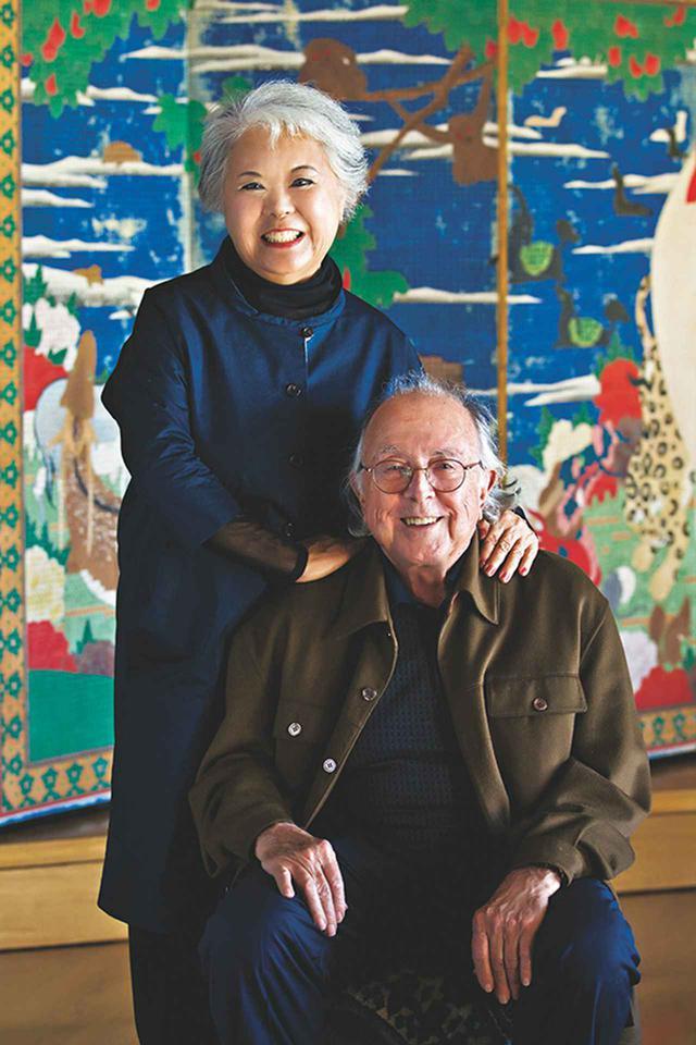 画像: エツコ & ジョー・プライス夫妻(ETSUKO & JOE PRICE) ジョー・D・プライスは1929年アメリカ・オクラホマ州生まれ。石油パイプラインの会社を経営する父を手伝うために、大学では機械工学を専攻。エツコ・プライスは鳥取県生まれ。'66年にジョーと結婚。'80年、二人は若冲の画号から名をとった財団「心遠館」を設立 PHOTOGRAPH BY YOSHI OHARA