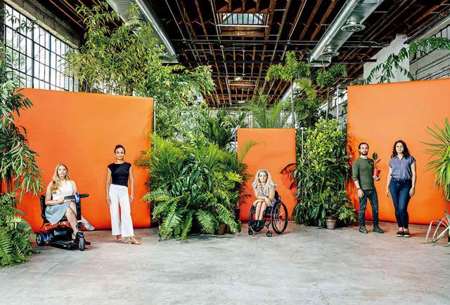 画像: (左から)俳優のマディソン・フェリス、ローレン・リドロフ、アリ・ストローカー、グレッグ・モズガラ、アレクサンドリア・ウェイルズ。ニューヨーク市内にて、2020年 6月26日にステファン・ルイズが撮影