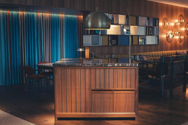 画像: パリやNYなどで見かける、レストランとの一体型レセプション。後ろにチェックイン・デスクがあり、着席でのチェックインも可能