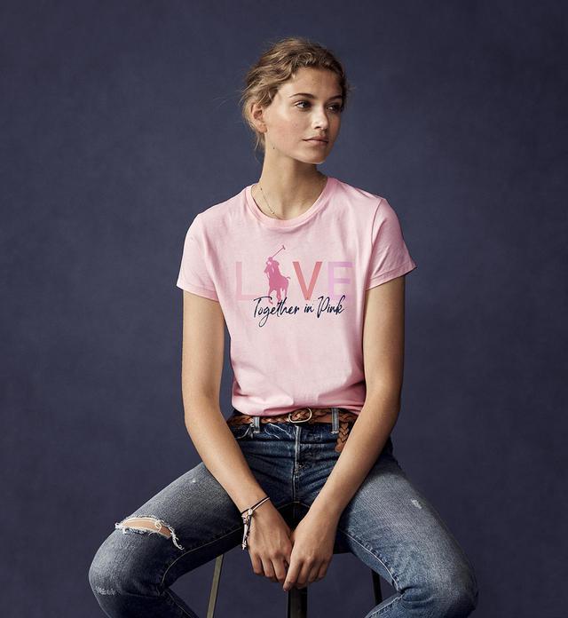 画像: 「LIVE LOVE」Tシャツ ¥11,000 写真のライトピンクバージョンは売り上げの100パーセントが、Pink Pony基金、あるいはがん関連の慈善活動の国際的ネットワーク、日本では公益財団法人 日本対がん協会へ寄付され、がんの健診の推進、患者支援、研究などのサポートに役立てられる PHOTOGRAPHS: COURTESY OF RALPH LAUREN