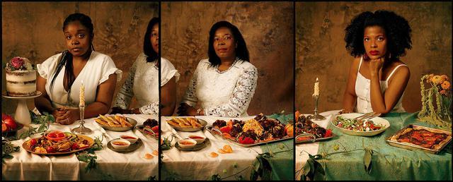 画像: ニューヨークを拠点に活動するガイアナ・ジョセフ(左)と母親のルイジーナ・ダフルーラン=ジョセフ(中央)、ライターのクランシー・ミラー(右)。ガイアナはデモの参加者に食事を提供するNPO「Fuel the People」の共同設立者。3人は「Tmagazine」のために、彼女たちが理想とするレジスタンス・フードを揃えてくれた。 テーブルの左から、バニラローズ・ケーキ(ウィリアムズバーグのベーカリー「Lucky bird」より)、ルイジーナが作ったクレオールチキンにピクリッツ(酢漬けにしたキャベツのコールスロー)、牛肉とレンズ豆のサモサ(ウェストハーレムにあるエチオピア料理店「Massawa」より)、ルイジーナが作ったハイチ風オックステールの蒸し煮にピクリッツを添えたもの、ミラーが作ったハラペーニョとスイカのサラダ、ペスト(バジルソース)とトマトのヴィーガン・ピザ