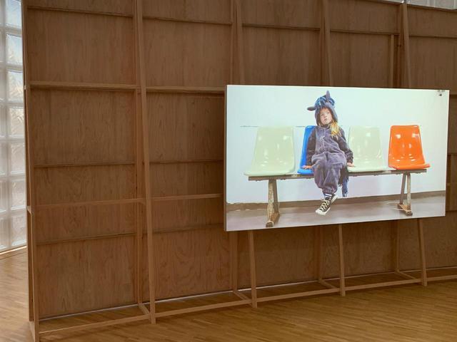 画像: 《依代》(2020)の展示風景。馬の衣装を身につけ旅をする主人公の少女は、デュマの娘アイビーが演じている PHOTOGRAPH BY MASANOBU MATSUMOTO
