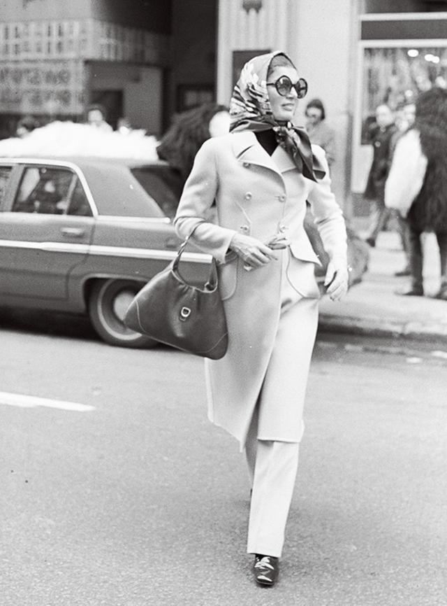 画像: グッチのジャッキーバッグを手にしたジャクリーン・ケネディ・オナシス。1970年、ニューヨークにて FAIRCHILD ARCHIVE/PENSKE MEDIA / SHUTTERSTOCK