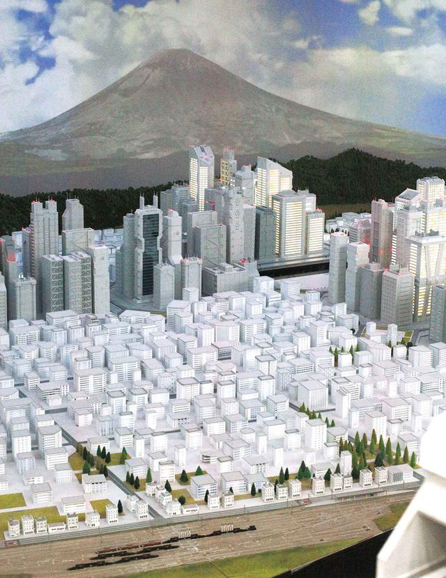 画像: 『エヴァンゲリオン第3新東京市』の模型エリア。芦ノ湖北岸に位置するとされ、手前には旧市街が広がる。使徒が襲来すると街が地下へ格納される機能も再現