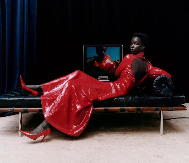 画像8: 秋、麗人たちの装いに 不可欠なのは 真紅、煌めき、つややかなレザー