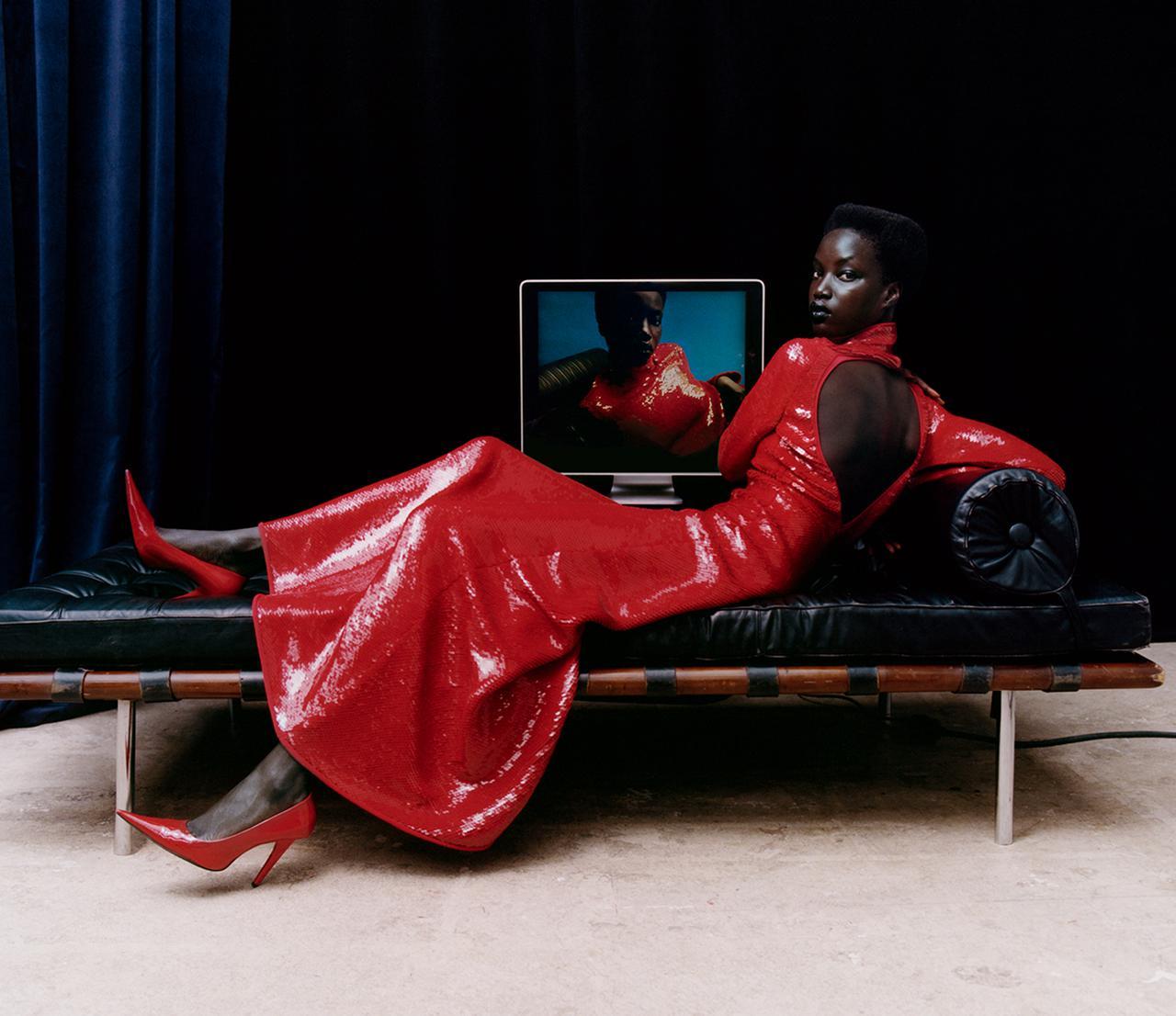 Images : 8番目の画像 - 「秋、麗人たちの装いに 不可欠なのは 真紅、煌めき、つややかなレザー」のアルバム - T JAPAN:The New York Times Style Magazine 公式サイト