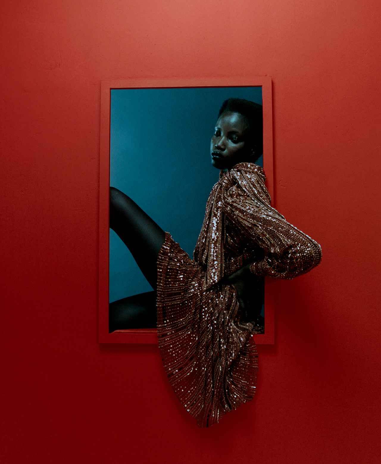 Images : 4番目の画像 - 「秋、麗人たちの装いに 不可欠なのは 真紅、煌めき、つややかなレザー」のアルバム - T JAPAN:The New York Times Style Magazine 公式サイト