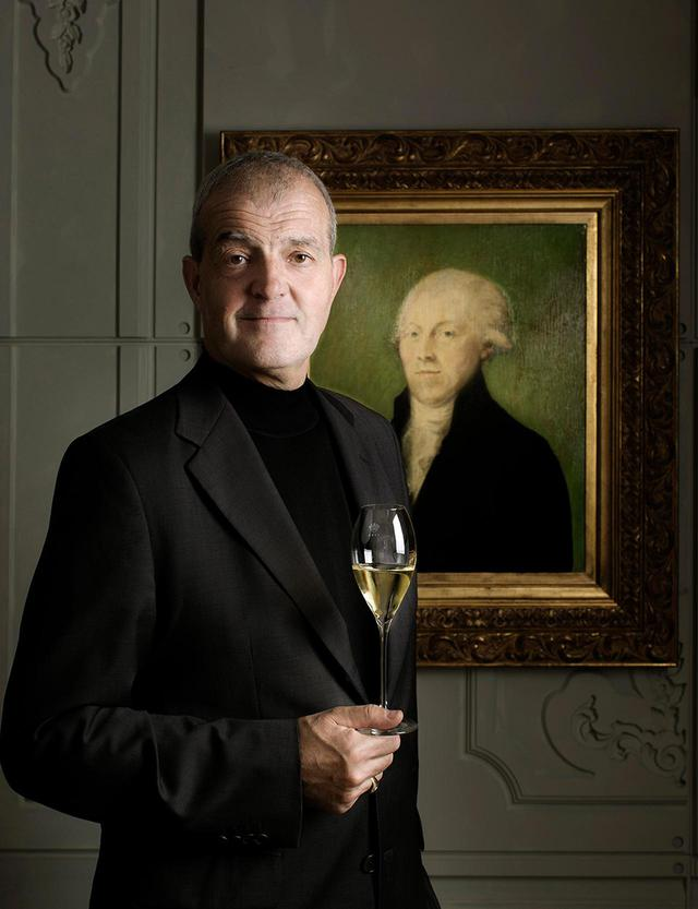 """画像: 最高醸造責任者のレジス・カミュ氏は、""""ワイン界の重鎮""""。今回、T JAPANのために特別にメッセージを寄せてくれた。「フランス語の乾杯""""サンテ""""は健康を意味する言葉。この時代だからこそ健康を大切にし、""""今""""をともに生きていきましょう。皆様に""""サンテ!""""」 PHOTOGRAPHS:COURTESY OF RARE CHAMPAGNE"""