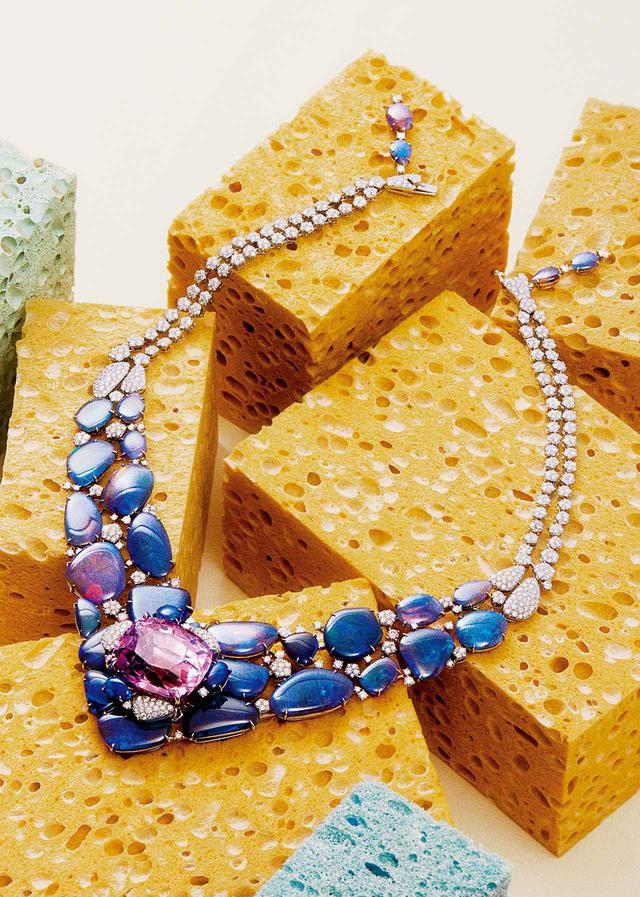 画像: 「エミス」ネックレス 〈プラチナ、クッション カット クンツァイト(71.08ct)、オパール、ピンク ブリリアントカット ダイヤモンド、ホワイト ブリリアントカット ダイヤモンド〉(参考商品)/カルティエ