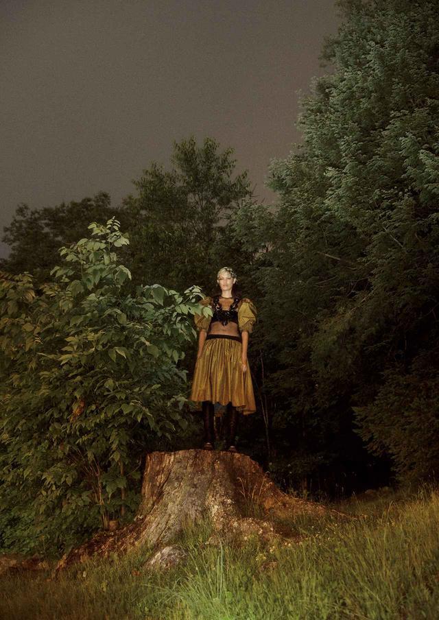 画像2: 真夜中のヒロインは 優雅でボリューミーなドレスを纏う