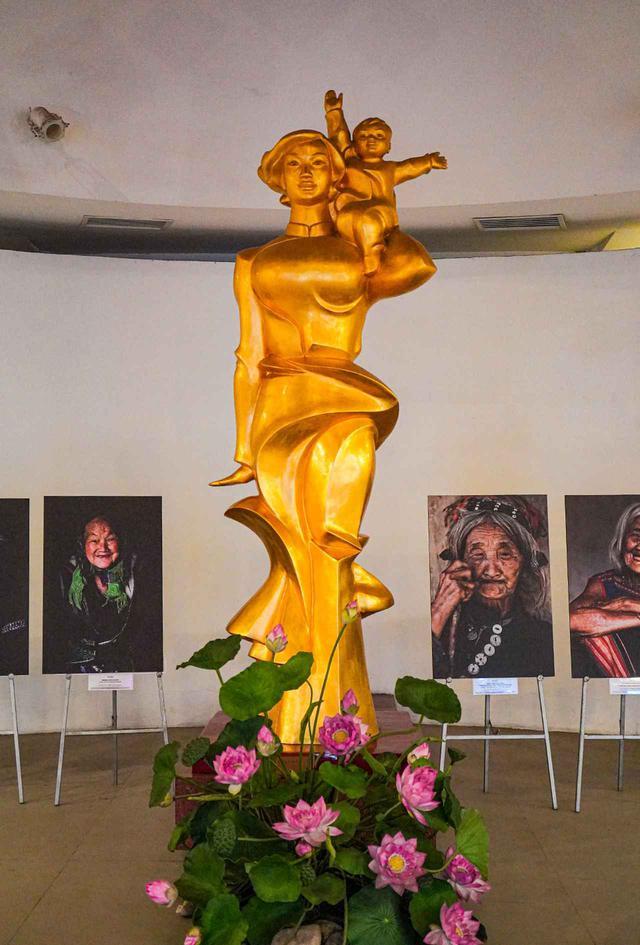 画像: 博物館のエントランスホールにあるゴールドの像
