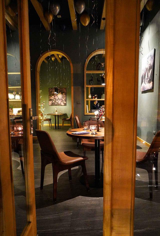 画像: 北欧風インテリアを設えたT.U.N.G.Diningのダイニングルーム。シンプルでくつろげる2階建てのレストランは、1階が彼のチームの素晴らしい調理場で、2階がこのダイニングルームになっている