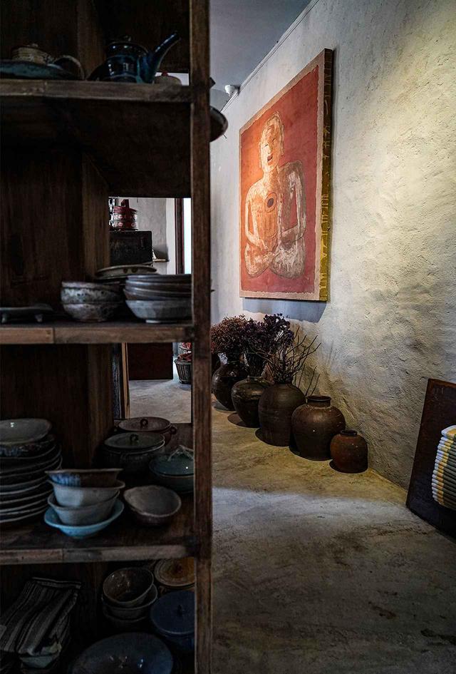 画像: デチウ ホテルのエントランスホール ホテル創業者の手によるたくさんの陶器やアート、世界中から収集した品々