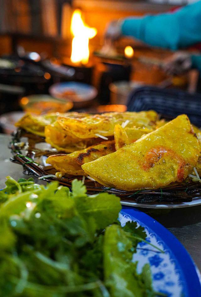 """画像: ホイアンの食品市場は""""美食の宝庫""""。このカリカリした海老の天ぷら風はとてもおいしい"""