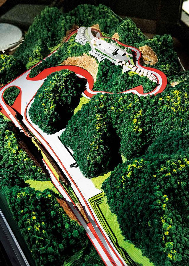 画像: 名称の由来は南房総の地形や風土を表す漢字「巛(マガリガワ)」。日本特有の自然に囲まれながら、愛車と家族と過ごす贅沢な時間を味わえる。写真はコースと施設の全景をかたどったジオラマ。800mのロングストレート、峠を縫うアップ&ダウンヒル、テクニカルなスプーンカーブなどを擁する1周3.5㎞の本格派コースは、現在コーンズの顧客専用レストラン&バー「1861」に設置されたシミュレーターで体験走行ができる PHOTOGRAPH BY YUICHI SUGITA