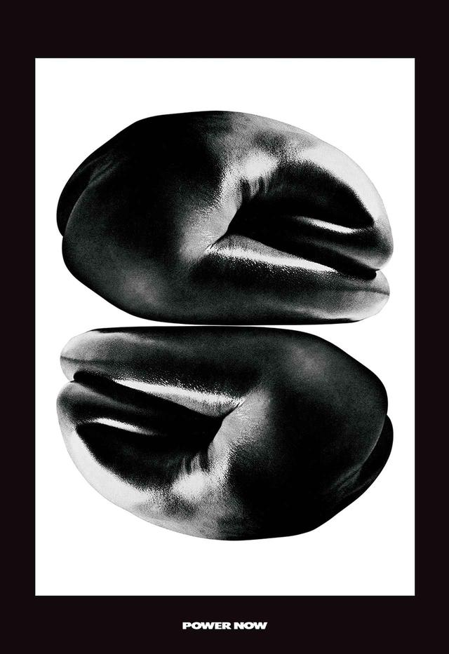 画像: ポスター《POWER NOW》アーティスト/石岡瑛子、撮影/横須賀功光、コピーライター/小池一子 『反戦と解放』と題した展覧会のために制作されたポスター。「怒りの象徴ともいうべき握り拳、実は人間の肉体である。(略)きわめて個人的な主張を視覚化したポスターである」と石岡は語った アーティスト:石岡瑛子、撮影:横須賀功光、コピーライター:小池一子、提供:公益財団法人DNP文化振興財団