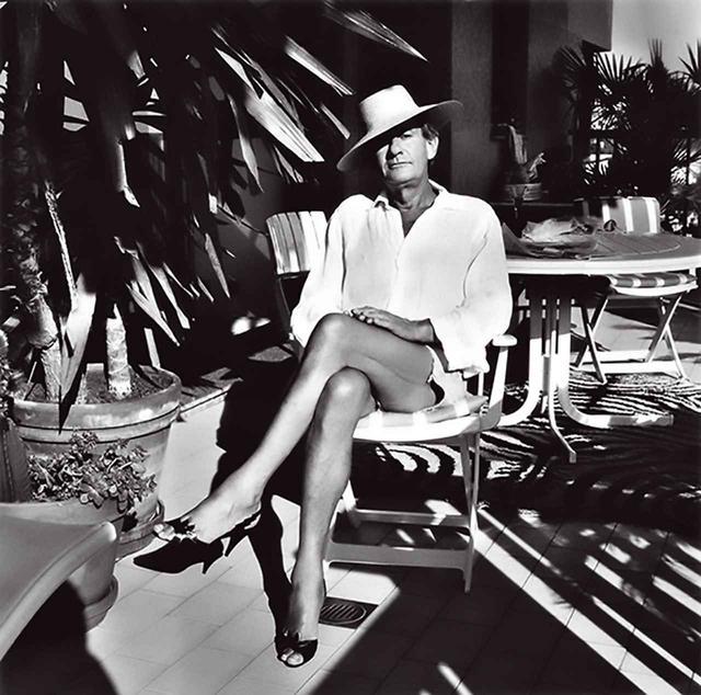 画像: モンテカルロの自宅でのニュートンをとらえた、妻のジューン・ニュートン撮影によるショット。彼女はアリス・スプリングスという、地元オーストラリアの町の名前で写真家として活動 HELMUT AT HOME, MONTE CARLO, 1987 © FOTO ALICE SPRINGS, HELMUT NEWTON ESTATE COURTESY HELMUT NEWTON FOUNDATION