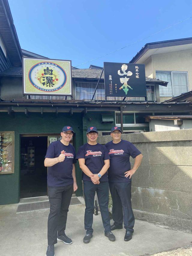 画像: 秋田を訪れたピエール・エルメの日本法人社長のルデュ氏(右)、パティシエのドラピエ氏(左)と山本酒造店の山本友文氏(中央)。エルメ氏は新型コロナ感染拡大防止のため、今回の来日は断念せざるを得なかったが、オンラインで協議を重ね続けてきた PHOTOGRAPH BY YOMA FUNABASHI(NEKKO SHASHINKAN)