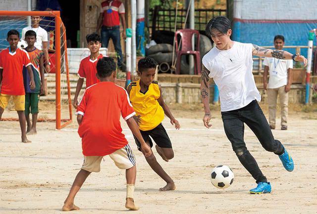 画像: 彼はサッカーの達人でもある。14歳の頃までセレッソ大阪のユースチームでプロを目指していた。ともにボールを追って子どもたちと心を通わせる © UNHCR / JORDI MATAS
