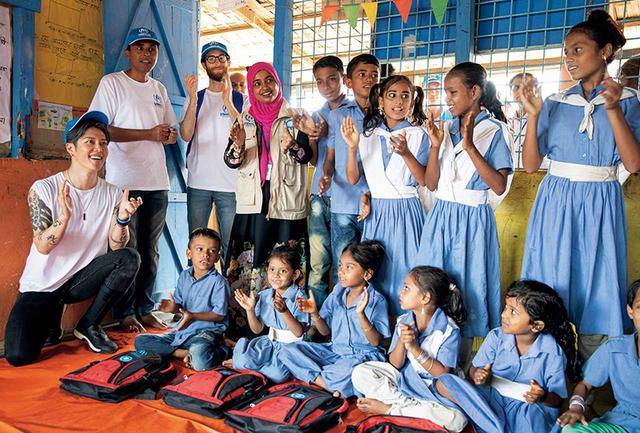 画像: バングラデシュのロヒンギャ難民キャンプで子どもたちと。MIYAVIはひとつの難民キャンプを二度訪れるようにしている。「1回だと点でしかないけど、2回だと線になるから推移が見える」。再会した子どもたちは、「英語をちょっと勉強したよ」「自分の名前が書けるようになったよ」と報告してくれるそうだ。「遊び場なんてないし、きれいな公園もない。でも自分たちで遊び方を考えている姿は、僕にとって希望です」 © UNHCR / JORDI MATAS
