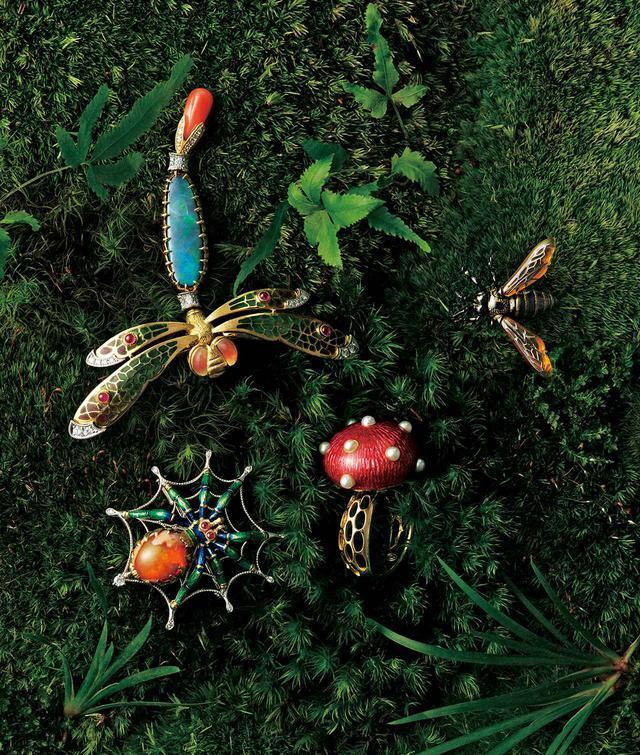 画像: (右上から時計回りに) 日本ミツバチを精緻にかたどったブローチ「ハチ」¥600,000<K18、べっ甲、ピクウェ(Pt1000)> /塩島敏彦 作 リング「キノコ」¥775,000<K18、アコヤ真珠、七宝(バスタイユエナメル)>、 ペンダント兼ブローチ「蜘蛛の巣」¥995,000<K18、Pt、カンテラ オパール、ダイヤモンド、ルビー、七宝(バスタイユエナメル)>、 ブローチ兼ペンダント「蜻蛉」¥3,000,000(参考価格)<K18、Pt、ルビー、ダイヤモンド、ボルダーオパール、サンゴ、水晶、プリカジュール> /村松 司作