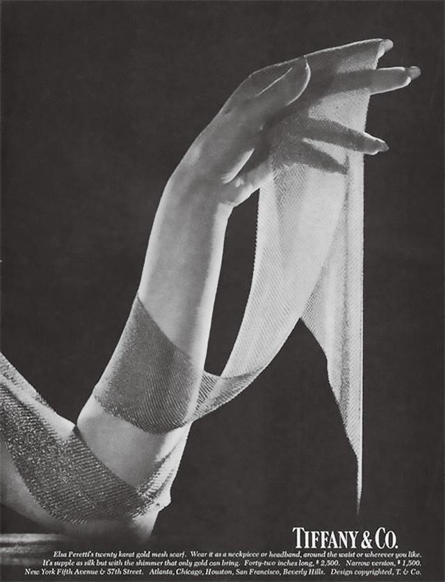 画像: 1977年のティファニー社の広告。エルサ・ペレッティのデザインしたメッシュ・コレクションより、ホルストンの1975年秋冬のランウェイで使われたK20ゴールドのスカーフが紹介されている TWENTY-KARAT-GOLD ELSA PERETTI MESH SCARF, 1977, COURTESY OF TIFFANY & CO.