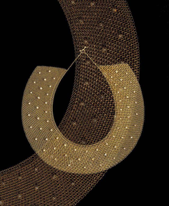 画像: ネックレス¥6,050,000(参考価格) 2020年の新作。イエローゴールドのメッシュネックレスに66個のダイヤモンド(計3.72カラット)があしらわれている STILL LIFE BY ANTHONY COTSIFAS, PROP STYLIST: MARCI LEISETH