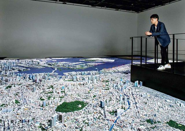 画像: 重松象平(SHOHEI SHIGEMATSU) 1973年福岡県生まれ。OMA(Office for Metropolitan Architecture)パートナーおよびNY事務所代表。1998年OMA入所、2006年NY事務所代表に就任。2008年よりパートナーとなる。担当した主なプロジェクトに中国中央電視台新社屋、コーネル大学建築芸術学部新校舎など。写真は、内装デザインを手がけた「森ビルアーバンラボ」にて。都市と東京の未来を考えるための森ビルの研究施設で、巨大な都市模型が設置されている