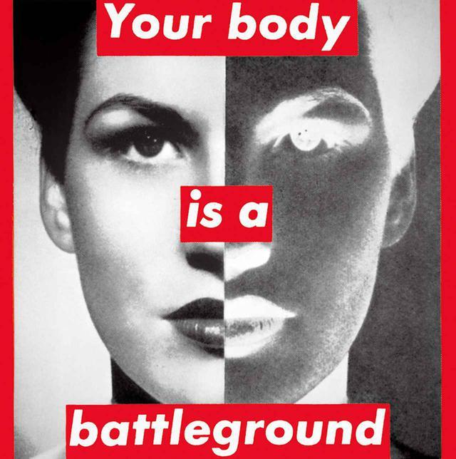 """画像: 《無題(あなたの身体は戦場だ)》。クルーガーは最初にこの作品を、1989年にワシントンで中絶の権利を守るべく行われたウィメンズ・マーチを支持するために作った。彼女の数ある作品の中でもアイコン的存在となった BARBARA KRUGER, """"UNTITLED (YOUR BODY IS A BATTLEGROUND),"""" 1989, PHOTOGRAPHIC SILKSCREEN ON VINYL, COURTESY OF THE ARTIST AND THE BROAD ART FOUNDATION"""