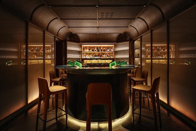 画像: 列車の食堂車をイメージした緑色の照明が目印のチャーチル・バーでは、彼の母をイメージした「SHINING STAR」、妻を表現した「UTTER ROMANCE」、叶わぬ恋の相手にちなんだ「WHAT LOVE IS?」というオリジナルカクテルも登場 COURTESY OF LA MAMOUNIA