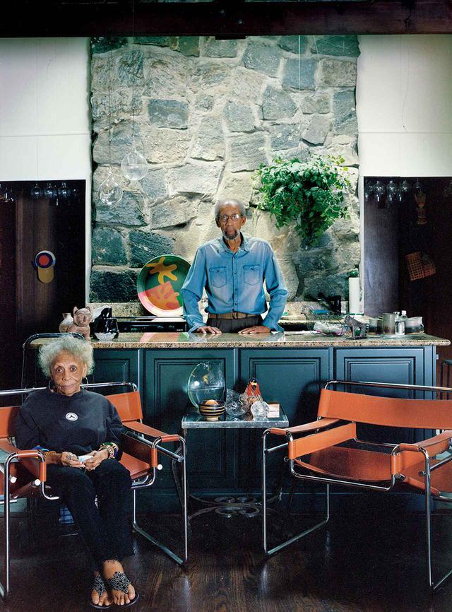 画像: アーティストのフランク・ウィンバリーと彼の妻ジュアニタ。サグ・ハーバー・ヒルズにある1960年代中期のフランク・ロイド・ライトの作風からアイデアを得てデザインされた自宅で