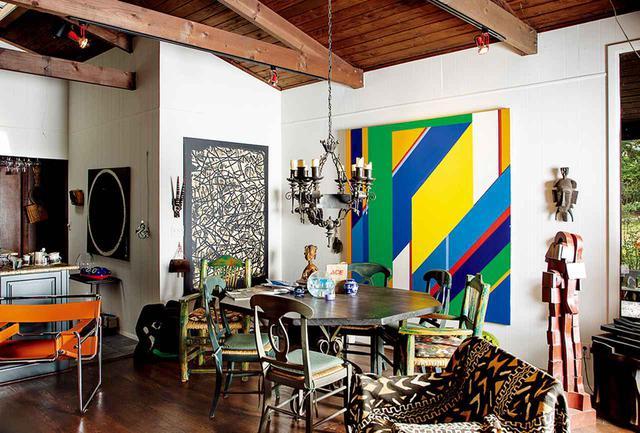 """画像: 夫妻の居間に飾られたフランク・ウィンバリーの作品 ON WALL: FRANK WIMBERLEY, """"FLOTSAM,"""" 2003, ACRYLIC ON CANVAS, COURTESY OF BERRY CAMPBELL; FRANK WIMBERLEY, """"CATCHER,"""" 1987, ACRYLIC ON CANVAS, COURTESY OF BERRY CAMPBELL"""