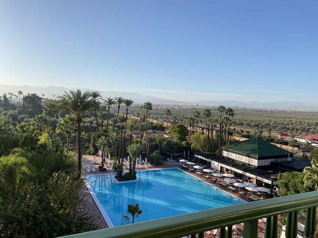 画像: ある朝のテラスからの眺め。彼方の稜線は、モロッコを訪れる多くのツーリストが目指す、先住のベルベル人の村々が点在するアトラス山脈。滞在中、長閑にも小鳥が部屋に迷い込む一幕も