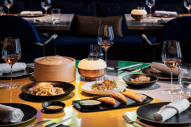 画像: ジャン–ジョルジュ流の冒険心にあふれたアジア料理から。スパイスを使ったチキンサモサはコリアンダーソース、焦がしフォアグラの餃子はブラックトリュフのディップで COURTESY OF LA MAMOUNIA