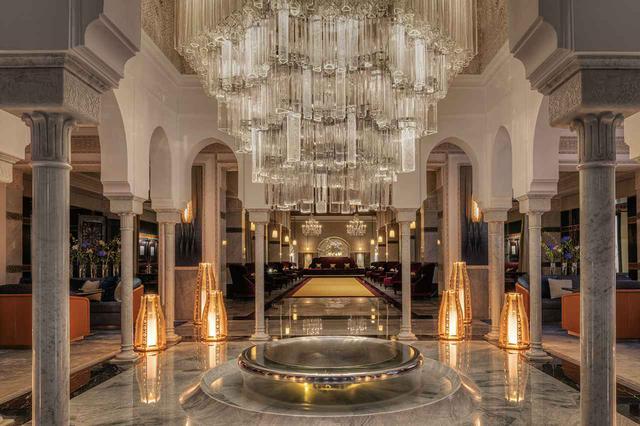 画像: ピエール・エルメが「お気に入りの場所」と公言するサロン・ド・テのモニュメンタルなスペース。なお、奥の細長いレセプションエリアは5度目のリノベーションとなった2009年、ホテル・コストを代表作とするジャック・ガルシアがデザインを手掛けている COURTESY OF LA MAMOUNIA