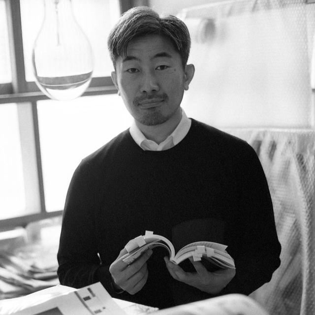 画像: 幅 允孝(YOSHITAKA HABA)さん 有限会社BACH(バッハ)代表。ブックディレクター。人と本の距離を縮めるため、公共図書館や病院、動物園、学校、ホテル、オフィスなど様々な場所でライブラリーの制作をしている。最近の仕事として札幌市図書・情報館の立ち上げや、ロンドン、サンパウロ、ロサンゼルスのJAPAN HOUSEなど。2020年7月に開館した安藤忠雄建築の「こども本の森 中之島」ではクリエイティブ・ディレクションを担当。近年は本をリソースにした企画・編集の仕事も多く手掛ける。早稲田大学文化構想学部、愛知県立芸術大学デザイン学部非常勤講師 Instagram: @yoshitaka_haba PHOTOGRAPH BY KAZUHIRO FUJITA
