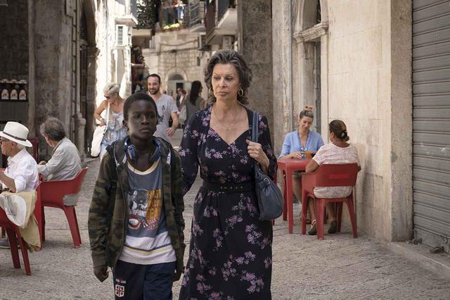 画像: ホロコーストの生存者役のローレンが、イブラヒマ・ゲイェ演じるセネガルの孤児を引き取る。Netflix映画『これからの人生』独占配信中 REGINE DE LAZZARIS AKA GRETA / NETFLIX