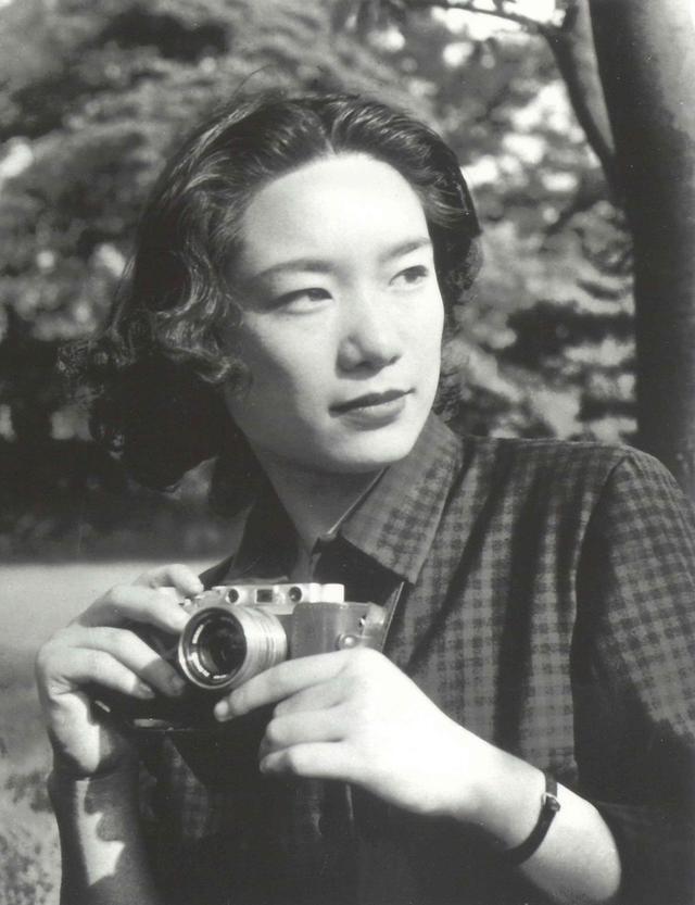 画像: 向田邦子(KUNIKO MUKOUDA) 1929年、東京都生まれ。実践女子専門学校(現・実践女子大学)国語科を卒業後、映画雑誌の編集者を経て、ラジオの構成作家、テレビ脚本家として活躍。代表作には「寺内貫太郎一家」「阿修羅のごとく」がある。46歳での乳がん発症をきっかけにエッセイを手掛けるようになって「父の詫び状」を出版。1980年「小説新潮」に連載中の『思い出トランプ』の「花の名前」「かわうそ」「犬小屋」で第83回直木賞を受賞。翌'81年8月飛行機事故で急逝。享年51歳 COURTESY OF KAGOSHIMA KINDAI BUNGAKUKAN