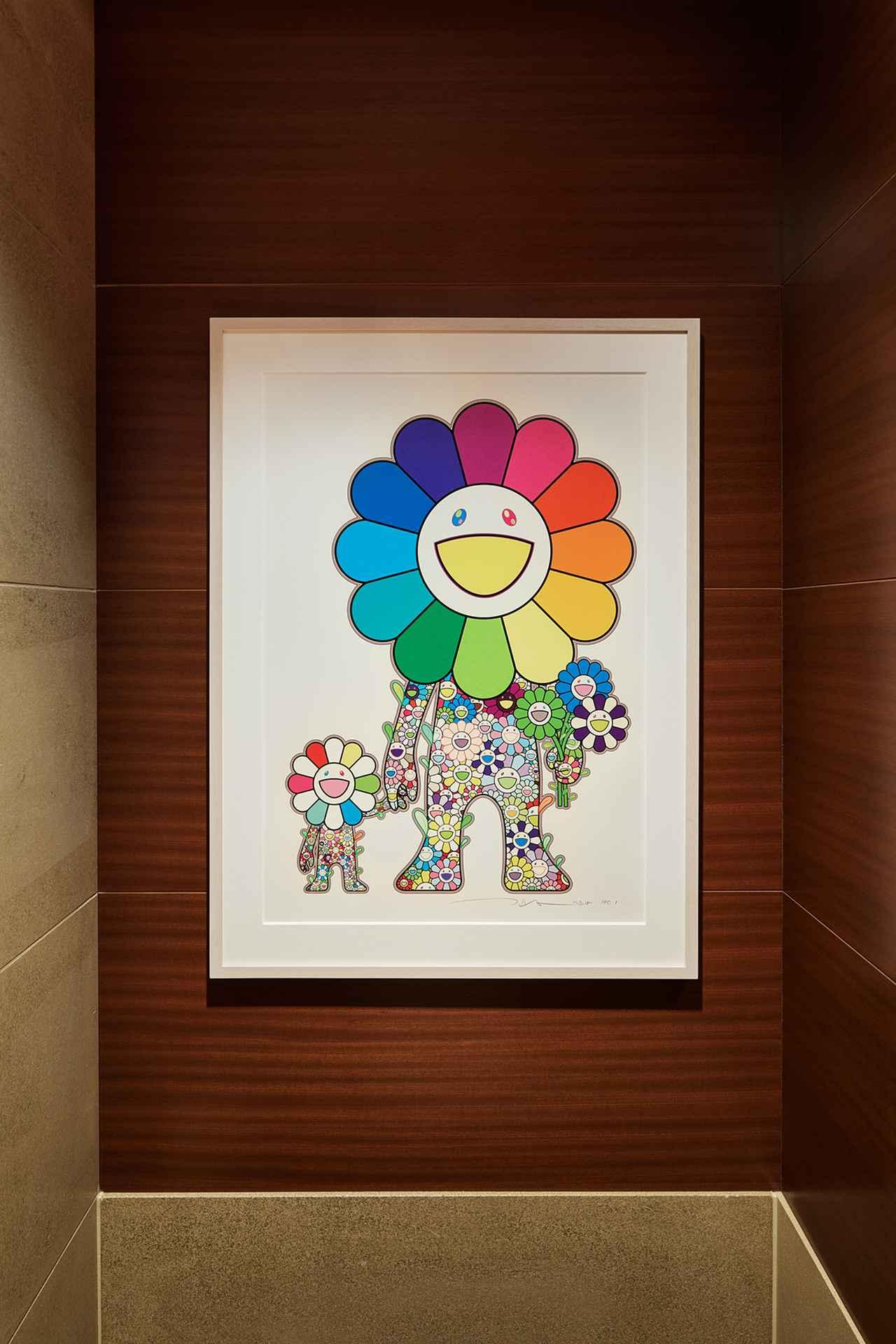 Images : バスルームのトイレに設置された《お花の親子》