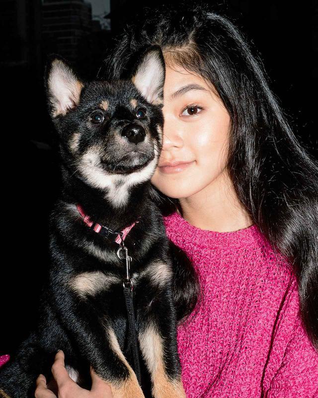 画像: モモナ・タマダとミソ。ミソは近所の犬や人との付き合いを学んでいる最中だ