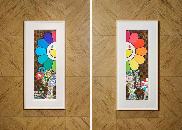 """画像: エントランスに飾られた《STAND UP》(写真左)、《With Baby Flower》(写真右)。琳派風な金とプラチナ箔の背景に、カラフルに彩られた""""お花の親子""""が宿泊者を出迎える"""