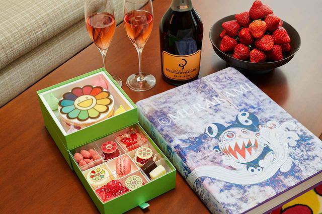 画像: 宿泊者限定のお花モチーフのスイーツボックス。また宿泊者には、村上のアートブック『©︎ TAKASHI MURAKAMI』がサイン入りでプレゼントされる PHOTOGRAPHS: ©︎ 2021TAKASHI MURAKAMI/KAIKAI KIKI CO., LTD. ALL RIGHTS RESERVED.